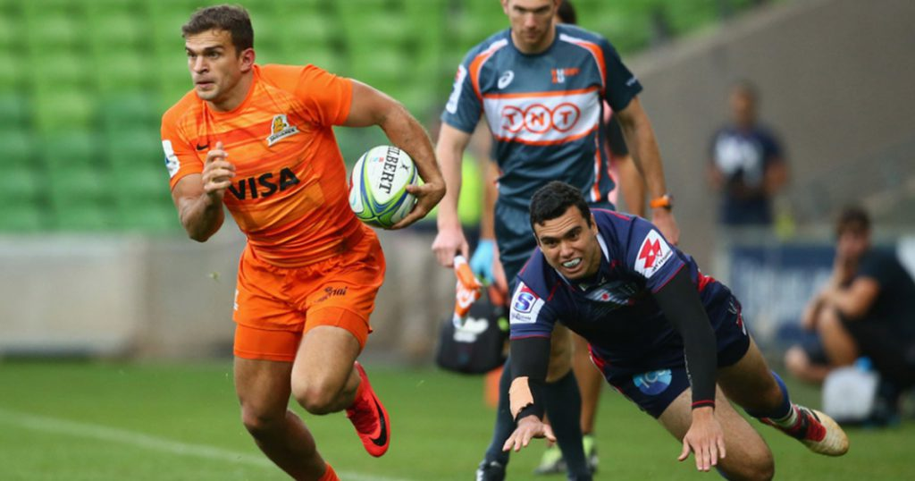 Jaguares' Ramiro Moyano runs over three Rebels to score