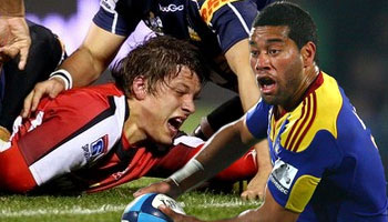 Siale Piutau lets fly on Michael Rhodes after dangerous headlock