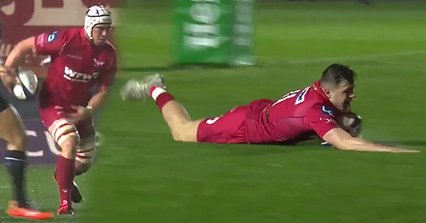 Scarlets' Steff Evans finishes sensational team try in heavy rain