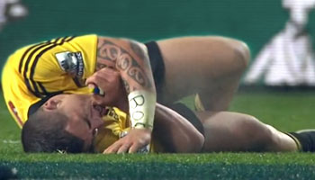 TJ Perenara gets injured then makes courageous tackle