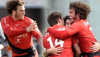 Vincent Clerc finishes a great Toulouse try