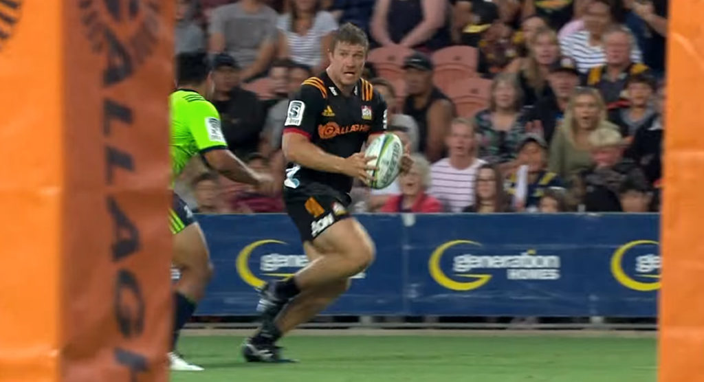 Hooker Nathan Harris throws silky no look pass on opening day of Super Rugby