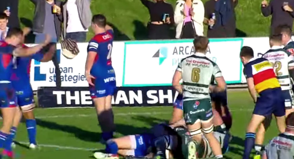 Manly hooker makes 'one of the best offloads we'll see all year long'