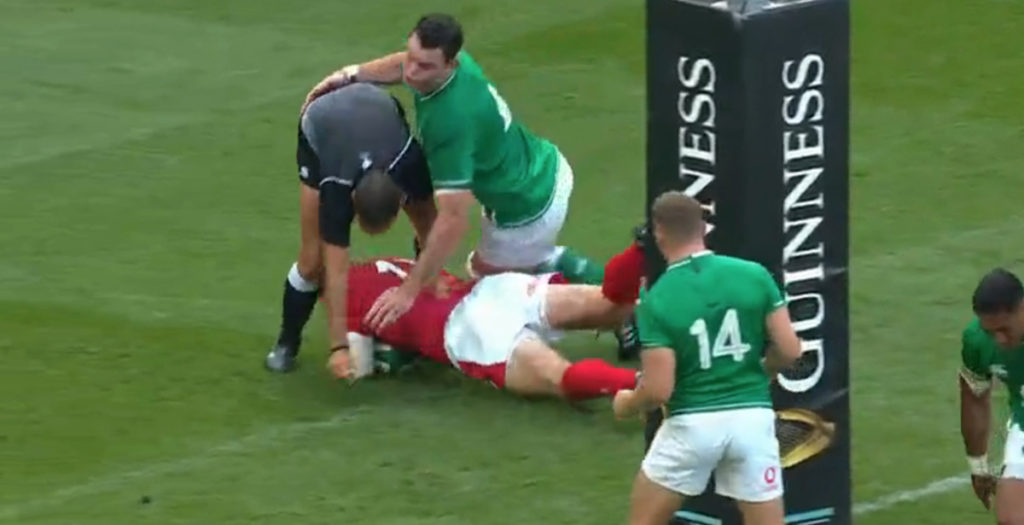 Referee acts as last defender in Hadleigh Parkes try vs Ireland