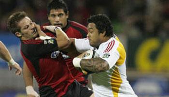 Sione Lauaki hands off Richie McCaw